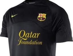 Tindrà el color negre res a veure amb el petroli que subvenciona la samarreta?